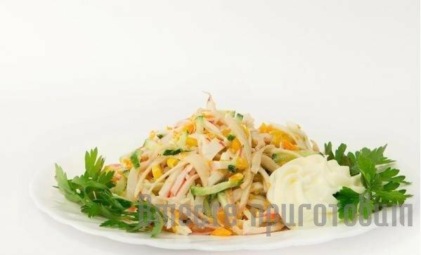 Салат с кальмарами и кукурузой и яйцом и огурцом рецепт с