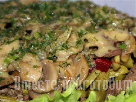 Салат из жареной печени, маринованными огурцами и грибами