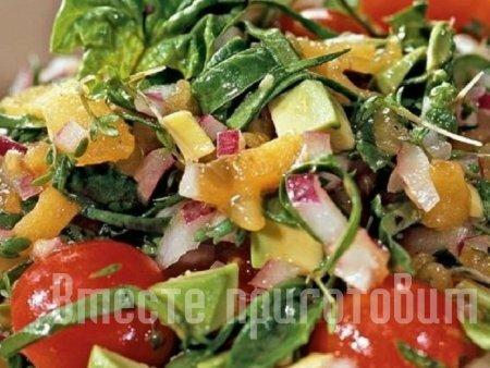 Салат с хурмой и помидором